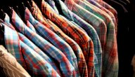 أفكار مميزة لتنسيق القمصان المطبعة مع ملابسك