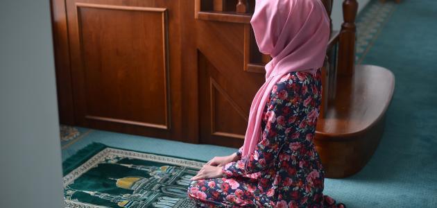 حكم ظهور القدمين في الصلاة
