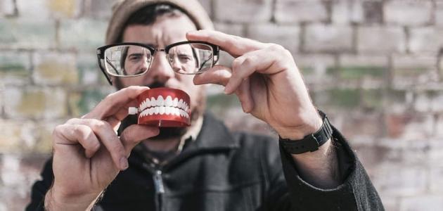 ألم اللثة تحت الأسنان