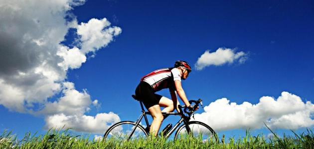 الدراجة الثابتة أم الدراجة العادية: من الأفضل؟
