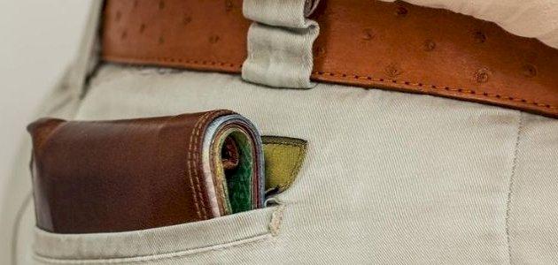تعرف عليها: مخاطر وضع المحفظة في الجيب الخلفي