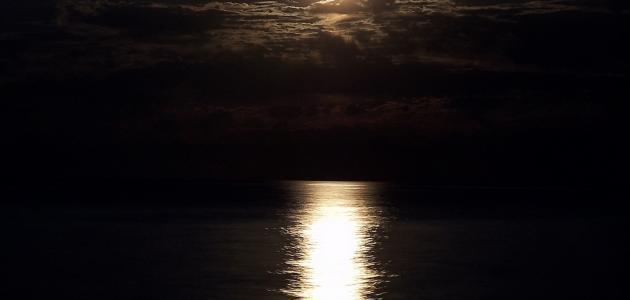 من اين ياتي ضوء القمر
