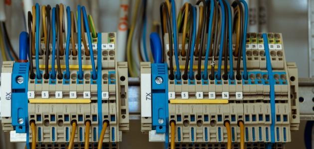 الفرق بين الكهرباء الساكنة والكهرباء المتحركة